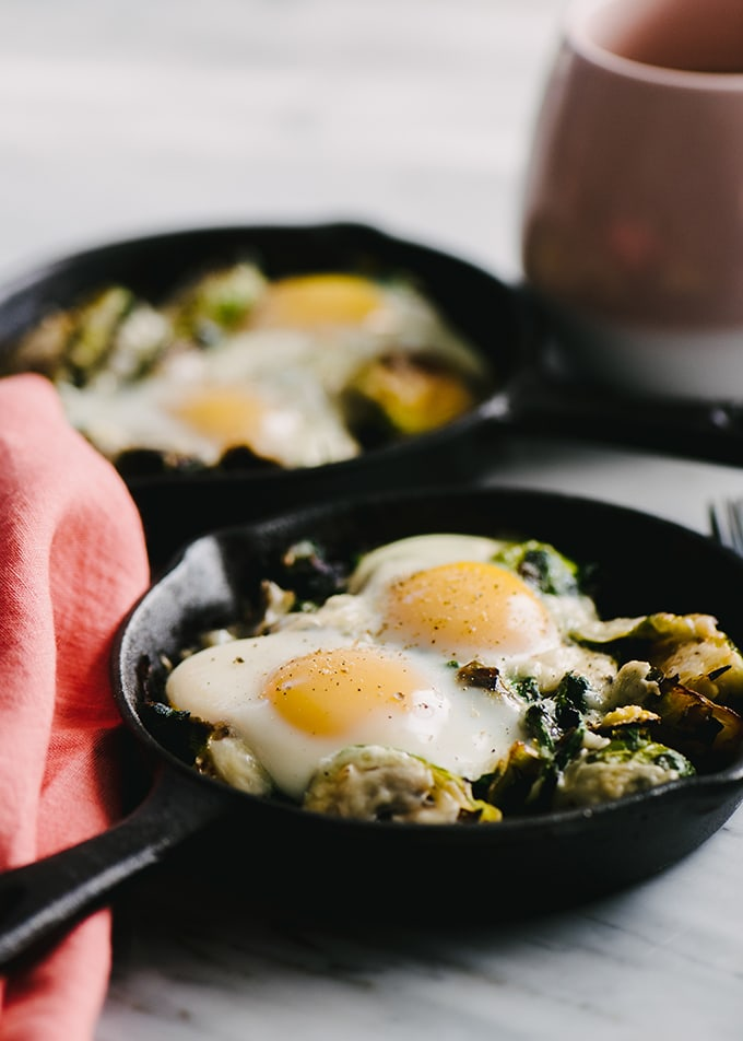 I love an easy and fast hot breakfast, especially one with fresh vegetables. This easy recipe for baked eggs with winter vegetables is perfect for cold winter mornings. With a little weekend prep, this recipe is ready in less than 5 minutes.